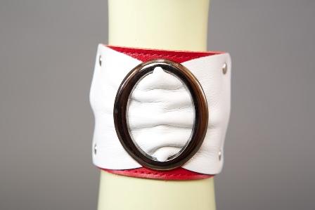 Браслет красно-белый с овальной пряжкой ширина 6 см.